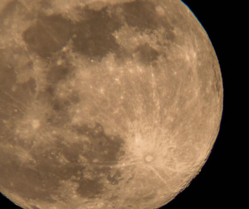 Luna de Estepona desde la playa de la rada.